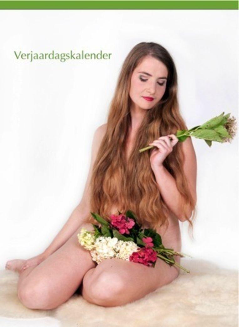 Katrijn Govaert poseert naakt met bloemen.