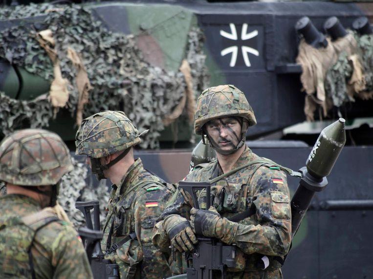 Een Duitse soldaat oefent in Litouwen. Beeld afp