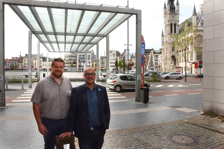 Schepen van Mobiliteit Carl Hanssens en schepen van Duurzaamheid Wout De Meester aan de Grote Markt die wordt geknipt om doorgaand verkeer te weren.