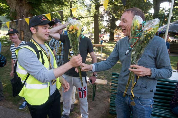 Een wandelaar wordt gefeliciteerd met het uitlopen van de Nacht van de Vluchteling.