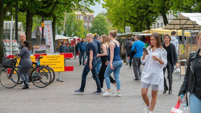 De markt in Deventer afgelopen zaterdag. Om drukte te voorkomen en terrassen de ruimte te bieden, wordt de markt vanaf volgende week als een lang lint opgesteld.