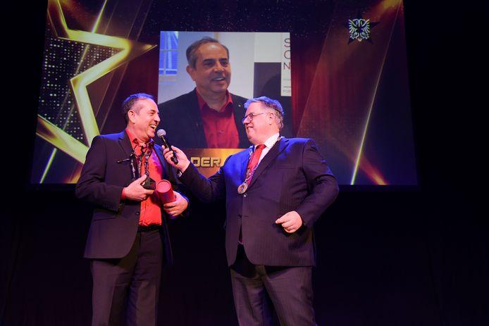 Qader Shafiq ontvangt de prijs van burgemeester Hubert Bruls.