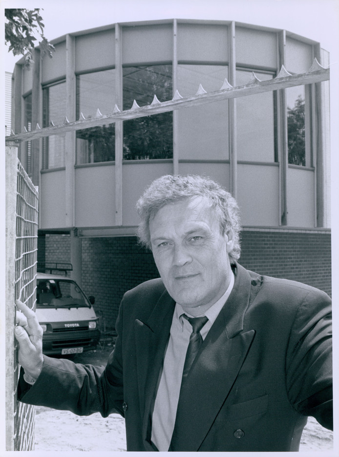 """""""Wethouder drs. Huub (H.P.M.) Wenneger van G.O.V. (Gemeentebelangen/OpenPolitiekeGroepering/VVD) van de gemeente Tubbergen met op de achtergrond de nieuwbouw van de sporthal in Albergen."""