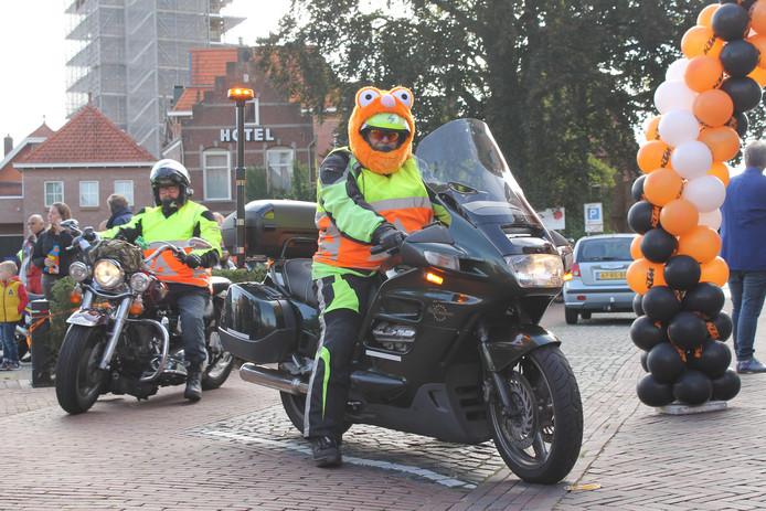 Bikers bijeen in Winterswijk voor motortoerrit, soms in de meest vrolijke outfits..