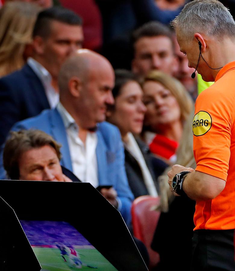 Bjorn Kuipers bekijkt de beelden bij Ajax - PSV, waarna hij Noussair Mazraoui de rode kaart geeft.