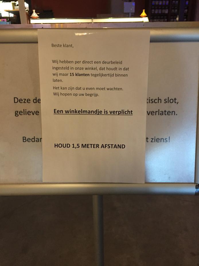 Informatiebordjes Albert Heijn Het Veem Strijp-S tijdens coronacrisis.