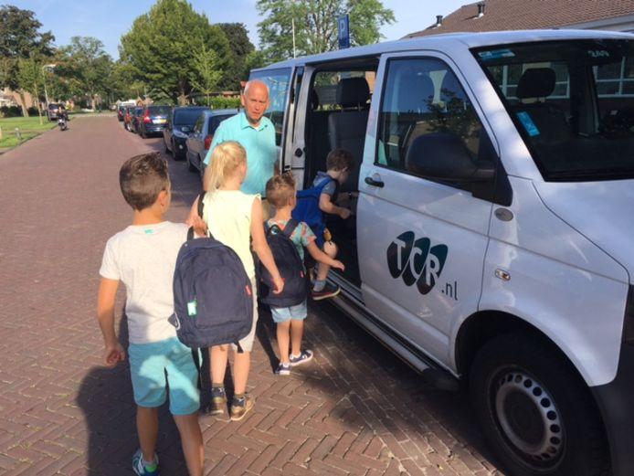 Leerlingen gaan met busjes op weg naar huis.