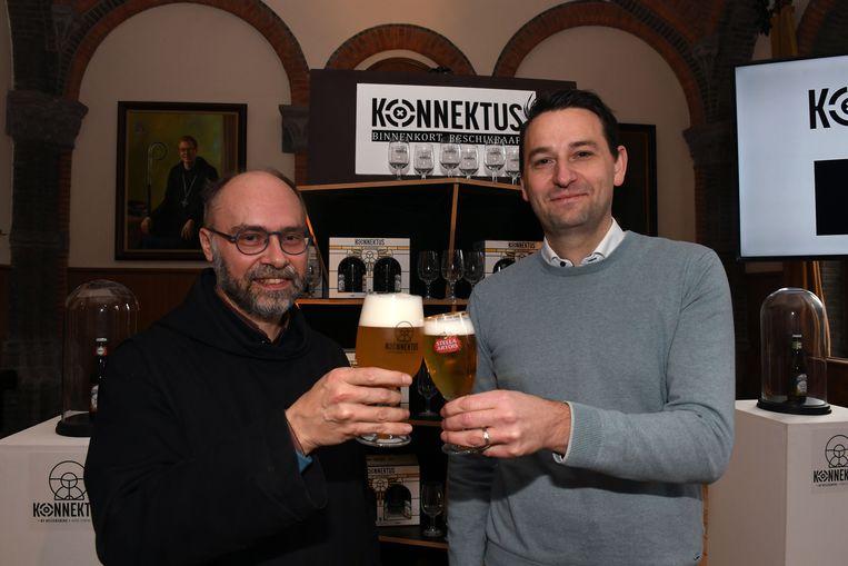 Pater Dirk en Kristof Geutjens van AB InBev klinken op Konnektus.