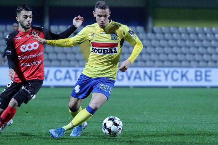 Matias Lloci wordt op de hielen gezeten door Georges Mikautadze van FC Seraing.