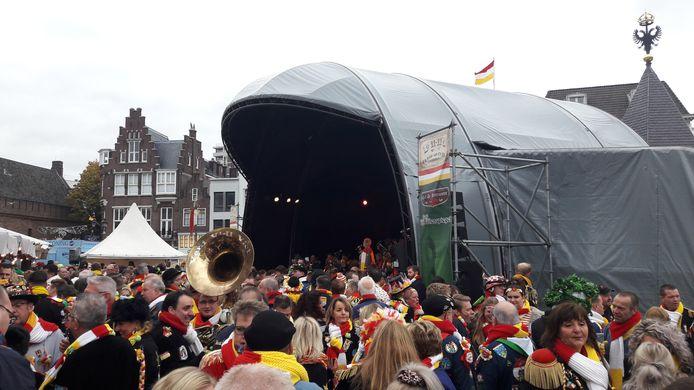 Het carnavalsseizoen in Oeteldonk is open, drukte bij 11-11 op de Markt.