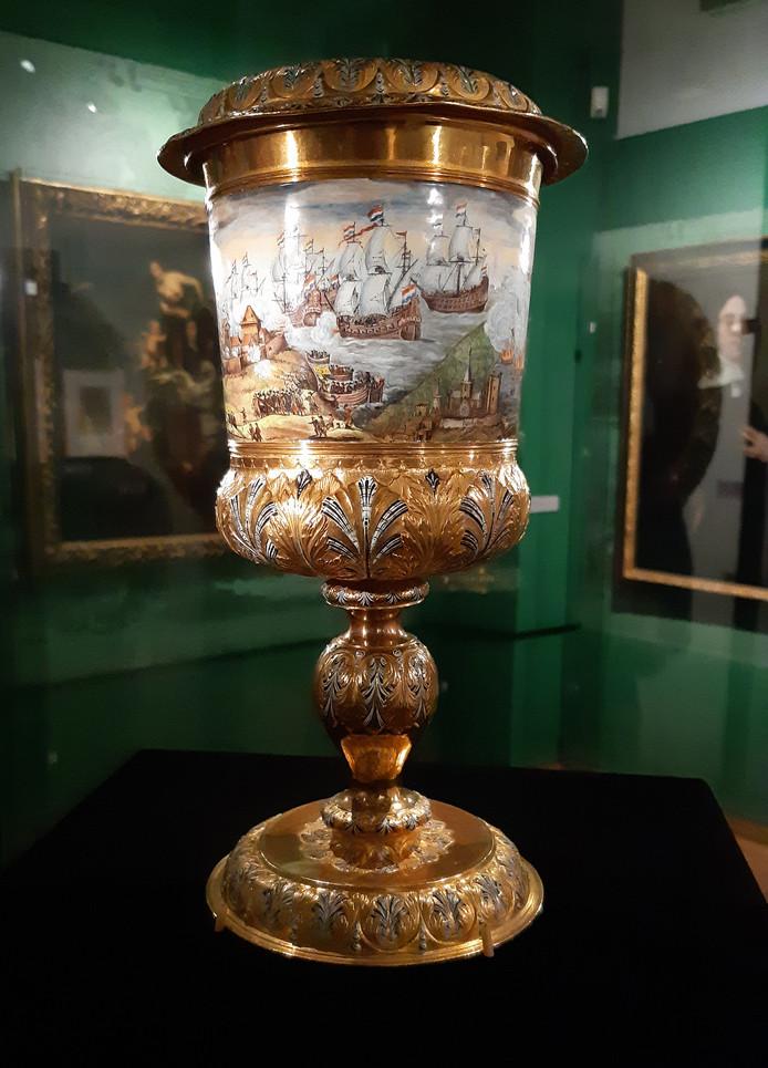 Op de beker van Cornelis de Witt staat het beeldverhaal van de tocht naar Chatham. Zelden te zien buiten het Louvre, maar nu in Historisch Museum Den Briel.