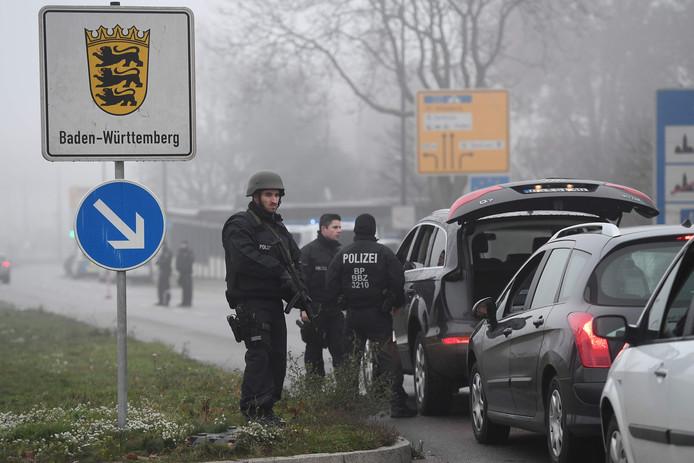 Auto's worden gecontroleerd die richting de Duitse grens rijden.