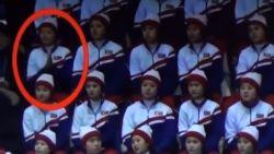 Noord-Koreaanse cheerleader valt compleet uit haar rol, waarna buurvrouw haar op slippertje wijst