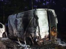 Wandelaar treft uitgebrande bestelbus met drugsafval aan in bosgebied Weert