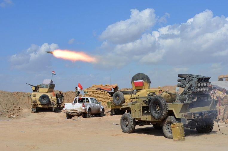 Iraakse leger vuurt een raket af op IS-strijders in Irak Beeld anp
