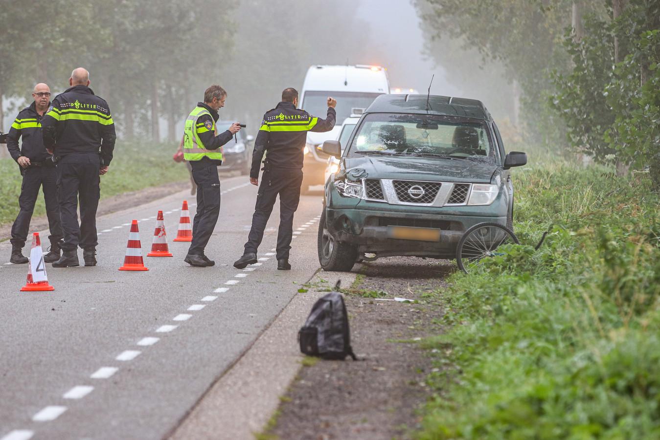 Agenten doen onderzoek naar een aanrijding op de Weg van Ongenade tussen Espel en Emmeloord.