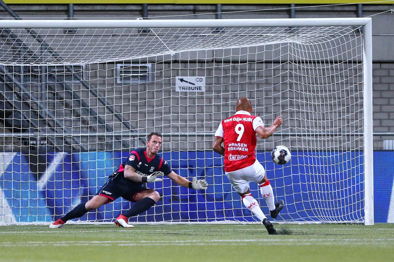 Go Ahead Eagles-doelman Hobie Verhulst onderscheidde zich onder meer door na een uur spelen bij een 1-1 tussenstand deze strafschop van MVV'er Anthony van den Hurk te keren.