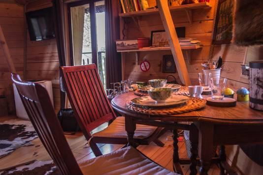 Petit coin repas, avec café, thé et chocolats à disposition.