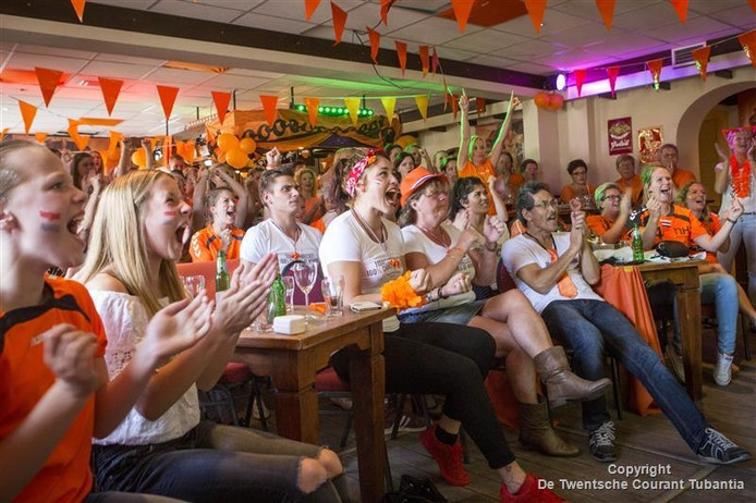 Tientallen handbalfans volgden in café Steggink in Geesteren het eerste handbalduel op de Spelen van de Oranjevouwen, met dorpsgenote Martine Smeets.