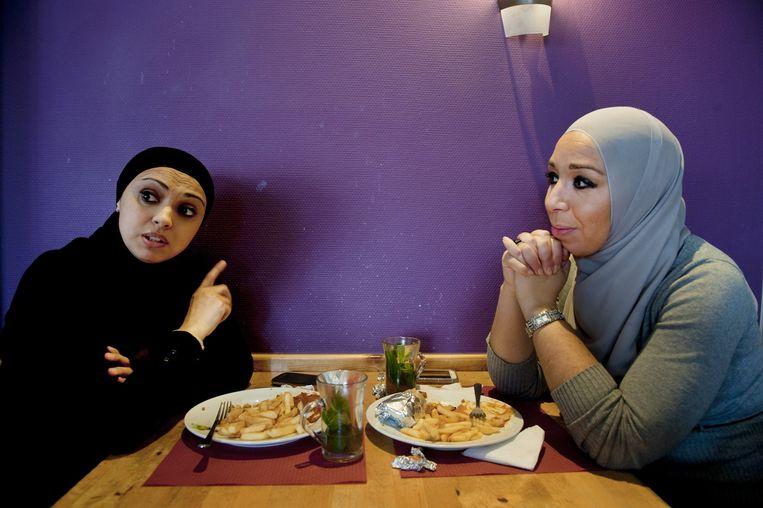 Leila Raehani (rechts) en Karima Boulafdal in snackbar Sinbad. Beeld An-Sofie Kesteleyn / de Volkskrant