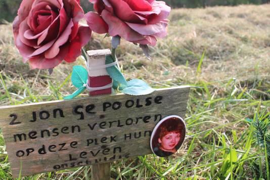 Het openbaar monumentje voor twee Poolse wandelaars die op 30 mei 2014  werden doodgereden, met fotootje van slachtoffer Sylwia Lésnik.