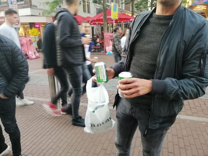 Een feestvierder neemt zelf blikken bier mee
