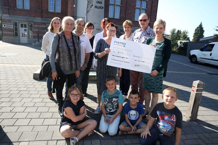 De organisatoren van de jaarlijkse rommelmarkt schenken 350 euro aan het OCMW van Beersel.