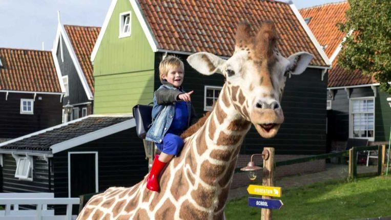 Liam de Vries en de giraf in Dikkertje Dap. Beeld
