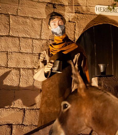Kerststal Sint-Jan open voor publiek: ook de herbergier in de stal ontkomt niet aan een mondkapje
