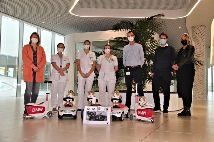 De zaakvoerders van BMW De Mey (rechts) gingen het speelgoed ook zelf afgeven in Knokke.