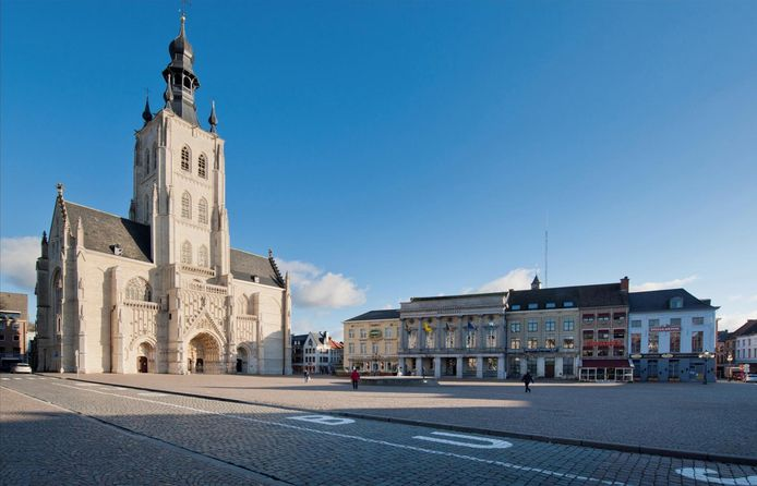 De Grote Markt met de O.L.V.-ten-Poelkerk. De vernieuwing van het plein vat na de Carnavalkermis aan.