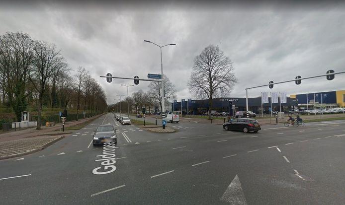 De kruising Geldropseweg-Ring (Hugo Van der Goeslaan, rechts). De Geldropseweg richting stad wordt hier versmald om plaats te maken voor aan- en afvoer van de garage en een tweerichtingen fietspad naar het Augustinianum.