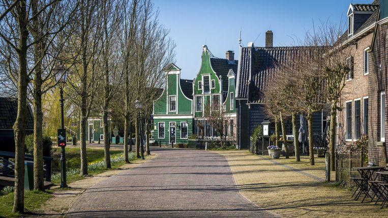 Een bijna lege Zaanse Schans in Zaandam, deze foto is genomen in maart, vlak na de aankondiging van de lockdown. Beeld EPA