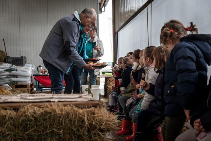 In het kader van het Nationaal Schoolontbijt gingen de kleuters van De Talententoren woensdagochtend uit eten bij de boer.