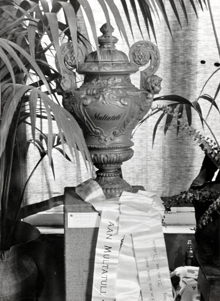 De urn met de as van Multatulu, waarschijnlijk de eerste Nederlander die werd gecremeerd. Beeld Hollandse Hoogte / Spaarnestad Photo
