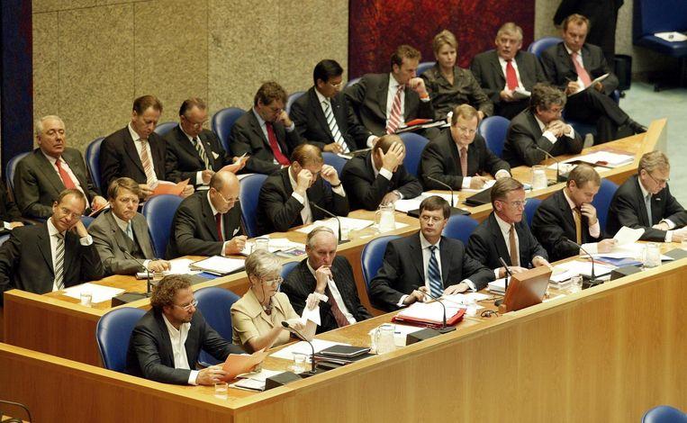 Eduard Bomhoff (onderste rij, derde van rechts) in 2002 achter de regeringstafel in het kabinet Balkenende. Beeld ANP