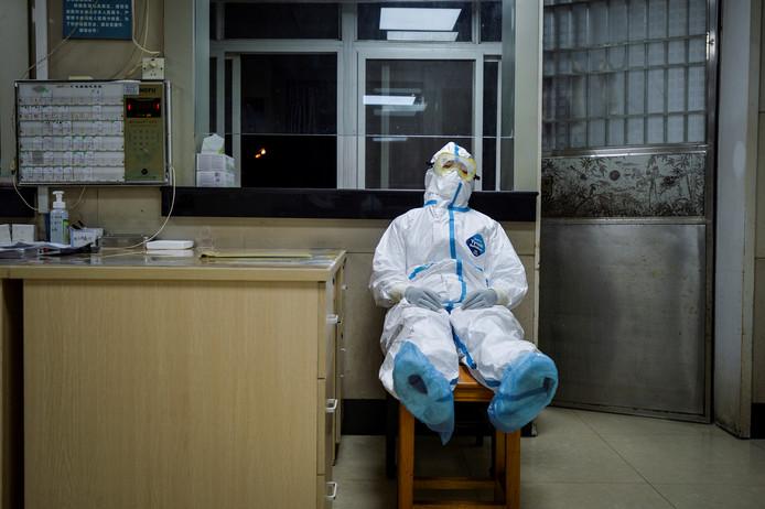 Un infirmier prend sa pause durant son shift de nuit à Wuhan, province de Hubei