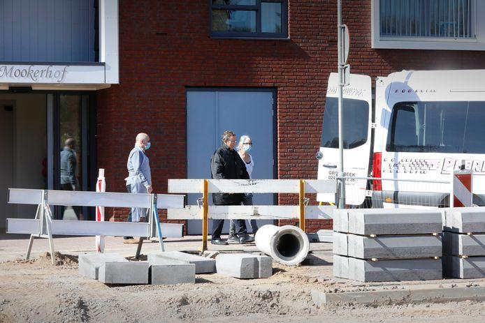 Ouderen worden uit Mookerhof, Mook geëvacueerd.