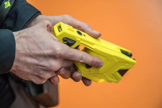 Het stroomstootwapen is omstreden. De Amersfoortse politie experimenteert ermee.