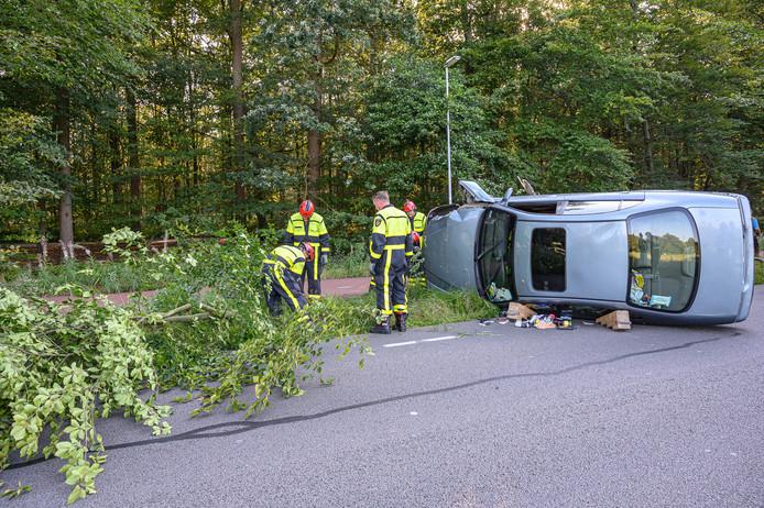 Hulpdiensten bij de auto aan de Leursebaan in Breda.