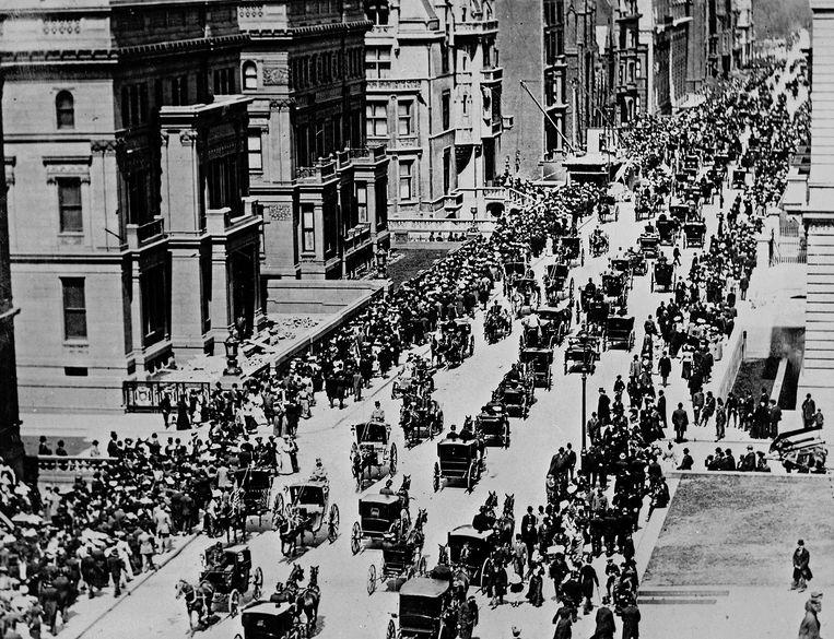 Fifth Avenue in New York, in de vroege ochtend op Eerste Paasdag, 1900. Wie goed kijkt vindt een eenzame automobilist tussen de paarden. Beeld Alamy Stock Photo