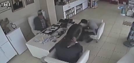 Wiel vliegt apotheek binnen en raakt klanten