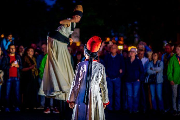 Deventer op Stelten is vrijdagavond begonnen. Het grootste buitentheaterfestival van Oost-Nederland is grotendeels gratis te bezoeken en duurt tot en met zondagmiddag.
