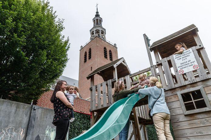 Michelle Maagdelijn uit Zevenbergen (links) heeft het initiatief genomen tot de oprichting van een kindercafé. Ouders en kinderen komen bij elkaar, voor meer contact.