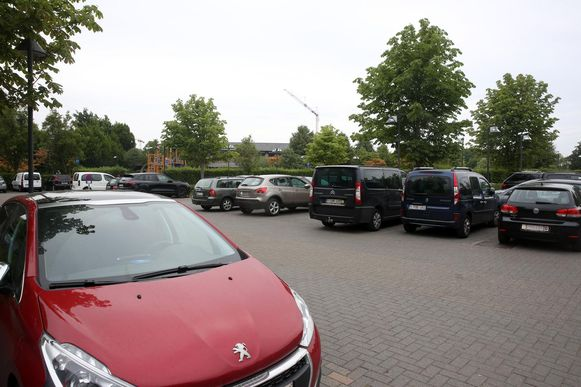 Vandaag wordt er bovengronds geparkeerd aan sportcomplex De Bres, maar binnen enkele jaren wordt hier ondergronds geparkeerd.