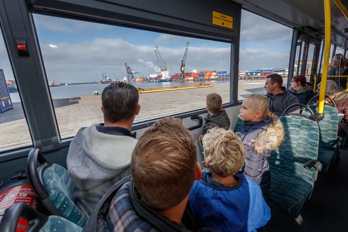 Tijdens een open dag konden bezoekers over het industrieterrein Moerdijk rijden in een bus. Normaal gesproken is er geen openbaar vervoer.