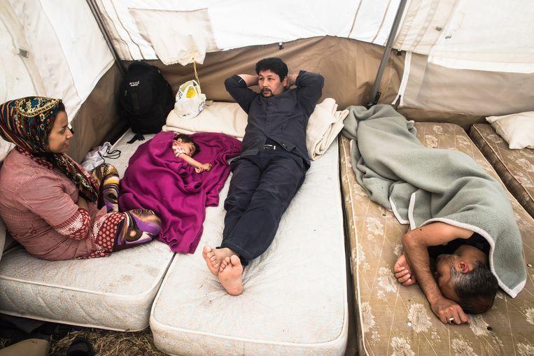 Bij gebrek aan een opvangcentrum verblijven honderden vluchtelingen in erbarmelijke omstandigheden in het voormalige hotel Captain Elias. Beeld Nicola Zolin