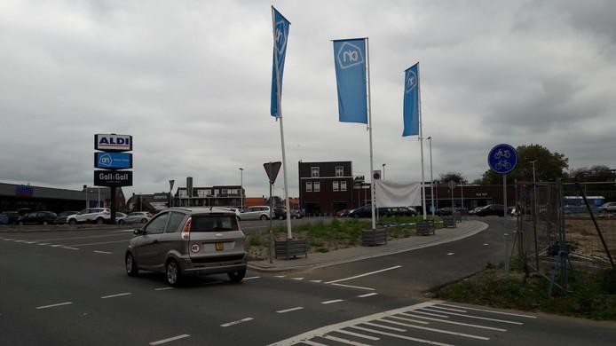 Sommige automobilisten die vanaf de Scheldeweg bij Hoogerheide afslaan naar de parkings van de nieuwe Aldi en Albert Heijn, zien nog niet gewend aan die in- en uitrit-, wat voor onveilige situaties zorgt.