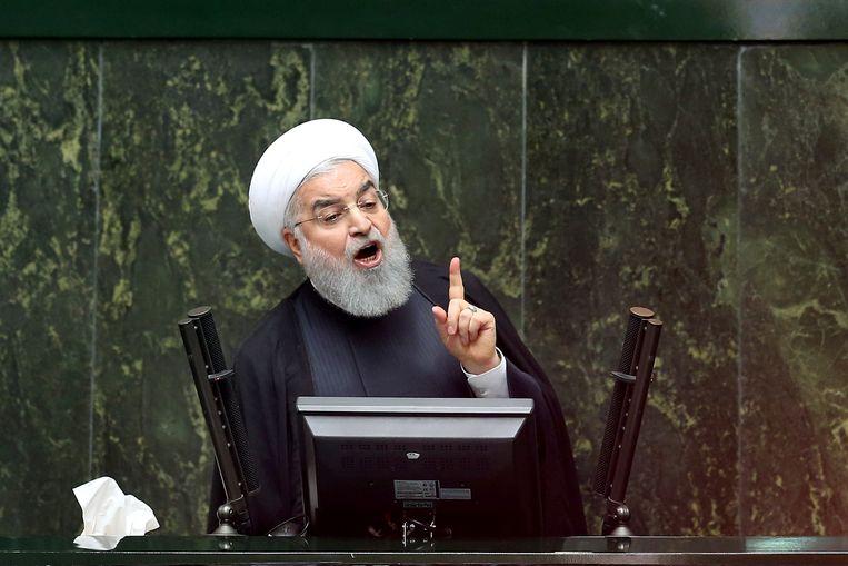 De Iraanse president Hassan Rouhani spreekt het parlement toe in Teheran. Beeld AP