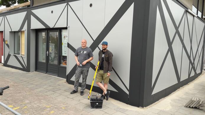 De mannen van Graphic Surgery: Erris Huigens (links) en Gysbert Zijlstra. Ze veranderen het bewakingsgebouwtje van de Jaarbeurs in een abstract kunstwerk.